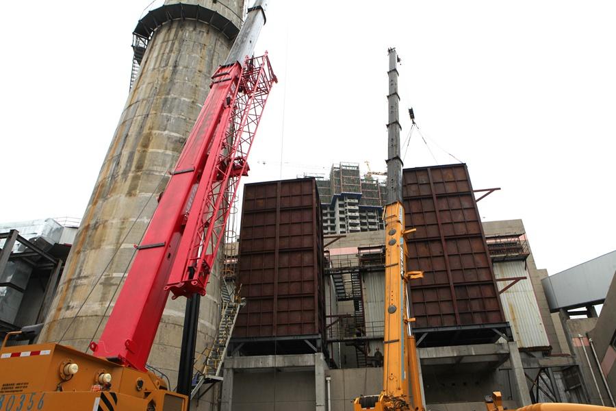 超低排放施工现场,大型设备正在吊装作业