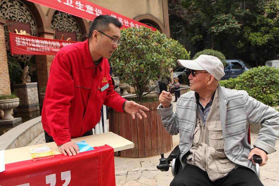 三迪小区,工作人员向用户宣传解读供热政策